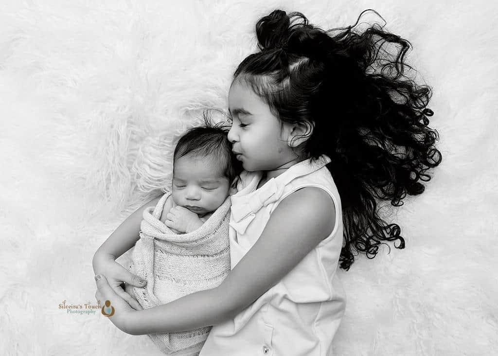newborn pose with sibling