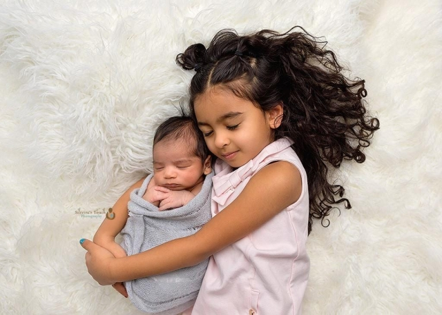 newborn poses with siblings